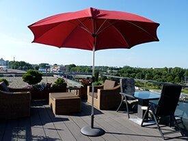 Composiet terras met een rode parasol