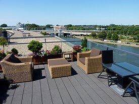 Composiet terras met uitzicht op het water