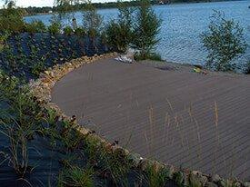 Composiet terras aan een meer