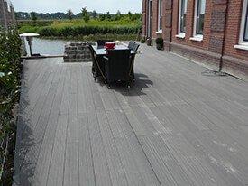 Composiet terras aan het water