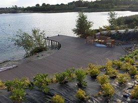 Composiet terras met tuinset aan een meer