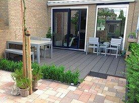 Composiet terras met een tuinset